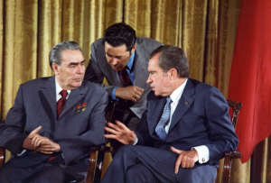 800px-Leonid_Brezhnev_and_Richard_Nixon_talks_in_1973