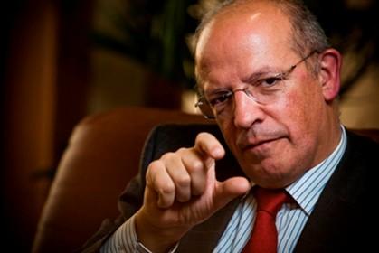 """""""A dívida gerada pelo nosso governo foi pequenina, mais ou menos assim"""", ilustra Augusto Santos Silva."""