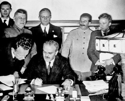 Pouco tempo após a assinatura do Pacto  Molotov–Ribbentrop , Alemanha e a URSS NÃO invadiram a Polónia. Muito menos dividiram o país entre si.