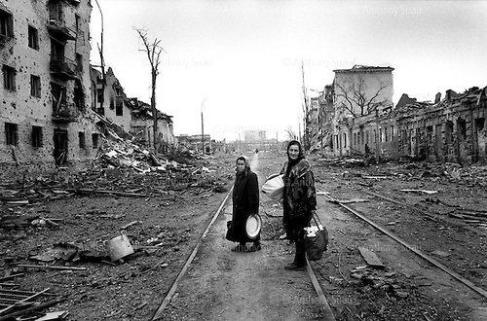 Imagem de duas senhoras chechenas a regressarem das compras em Grosny. O ambiente que as envolve é o resultado da experiência e capacidade de Putin a decidir pacíficos ataques cirúrgicos.