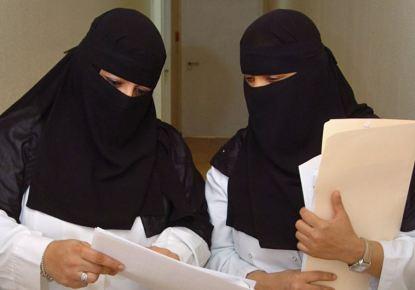A imagem da Reuters é de duas médicas num hospital em Riade mas à primeira vista, uma delas poderia ser o Dr. Mohannad al-Zubn a evitar chatices.