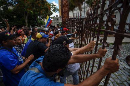 Democratas populares ao serviço de Maduro tomam conta da Assembleia Nacional. Imagem: AFP Photo/Juan Barreto)