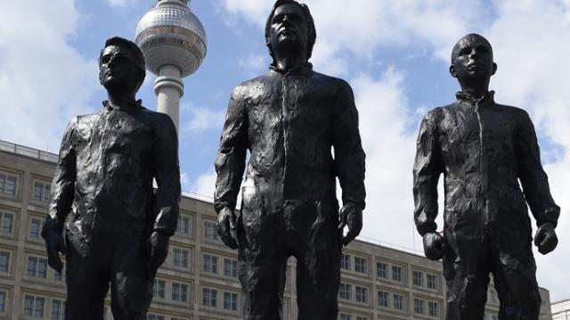 assange-snowden-manning-statue